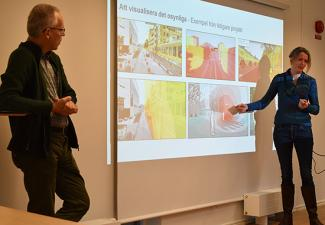 Beate Stahre Wästberg förklarar och presenterar